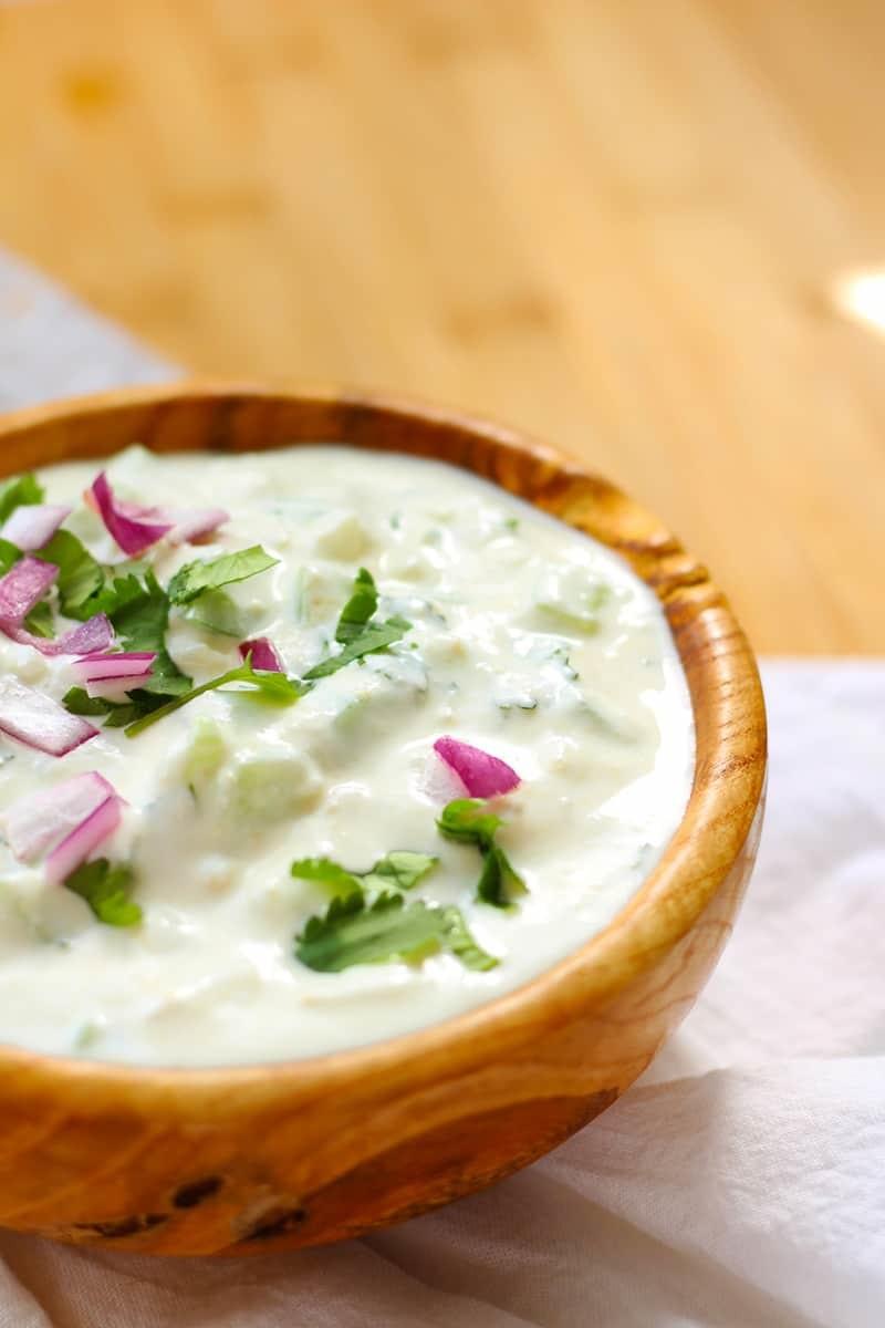 A bowl of yogurt sauce.